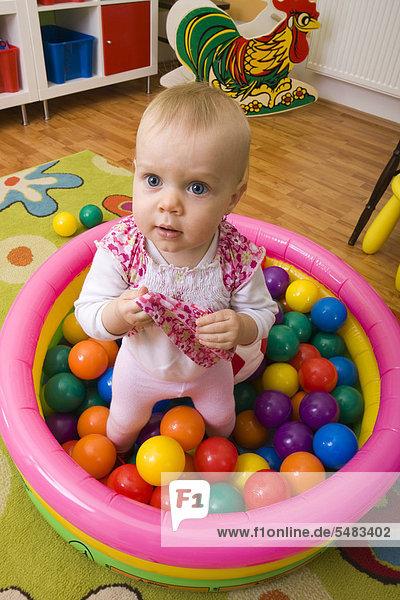 Spielendes Kleinkind  1 Jahr alt