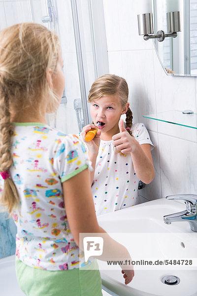 Schwestern beim Zähneputzen im Bad