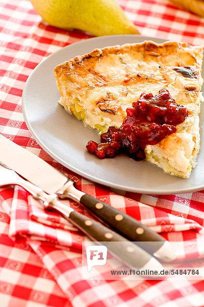 Quiche mit Birne und Champignons  auf einem Teller serviert - Rezeptdatei vorhanden