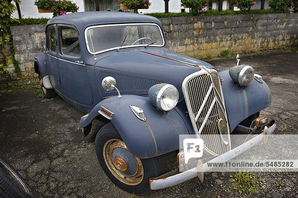 Altes Auto  Oldtimer  Citroen-Traction-Avant bei Wochern  Saarland  Deutschland  Europa