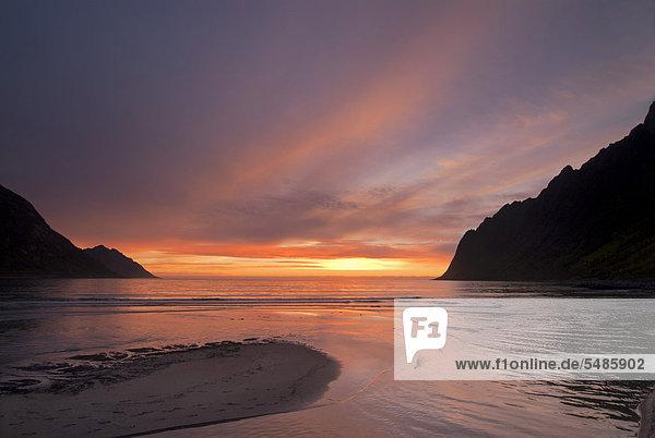 Sonnenuntergang über der Norwegischen See in der Nähe von Ersfjord auf der Insel Senja  Troms  Norwegen  Europa