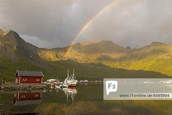 nahe Europa über Boot Meer Spiegelung Norwegen Insel angeln Regenbogen Troms