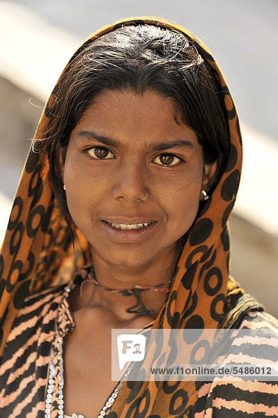 Young Indian woman  portrait  Galta gorge  Jaipur  Rajasthan  North India  India  Asia