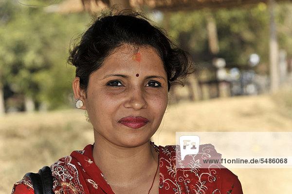Junge Nepalesin  Portrait  Chitwan Nationalpark  Nepal  Asien