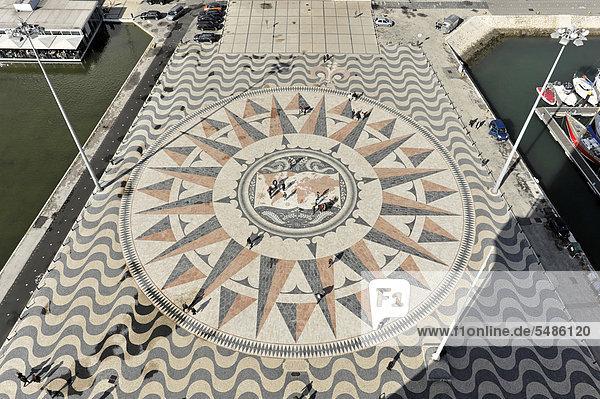 Großer Kompass im Pflaster vor dem Padr·o dos Descobrimentos  Monument mit bedeutenden Figuren der portugiesischen Seefahrt am Ufer des Flusses Tejo  Belem  Lissabon  Portugal  Europa