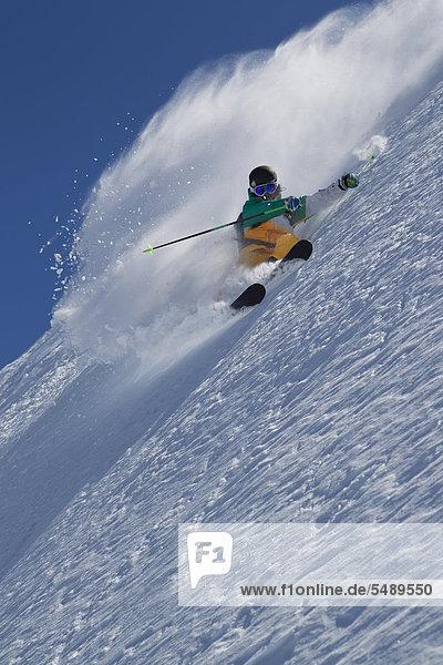 Österreich  Tirol  Pitztal  reifer Mann beim Freestyle-Skifahren