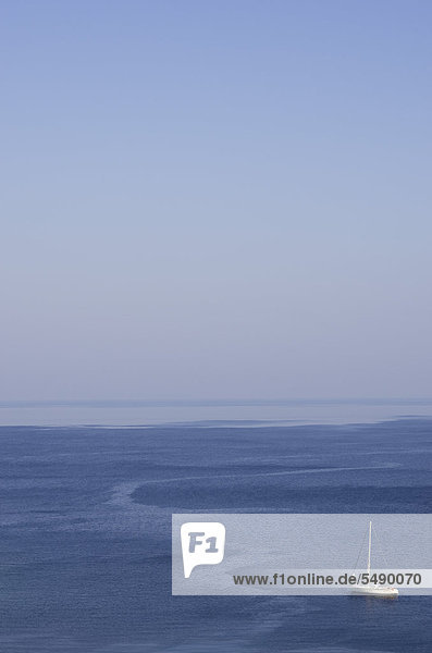 Griechenland  Ionische Inseln  Ithaka  Blick auf Segelboot im Meer