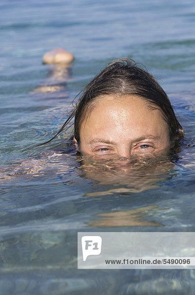 Griechenland  Ionische Inseln  Ithaka  Frau im Meer schwimmend  Portrait