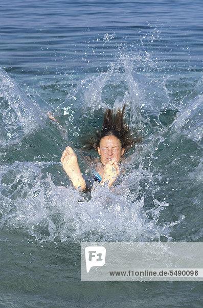 Griechenland  Ionische Inseln  Ithaka  Frau im Meer schwimmend