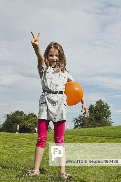 Mädchen spielt im Park mit Ballon  lächelnd  Portrait Mädchen spielt im Park mit Ballon, lächelnd, Portrait