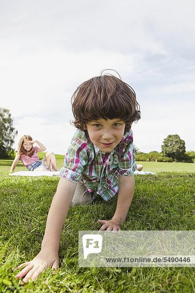 Deutschland  Bayern  Kinder im Park  Portrait