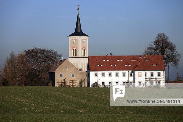 Ortschaft Naustadt mit Kirche und Feld  Klipphausen  Linkselbische Täler  Sachsen  Deutschland  Europa