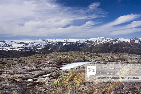 Berge und der Lappbreen-Gletscher  Blick vom Berg Røvassvatnan  der See Røvassvatnan  Saltfjellet-Svartisen-Nationalpark  Provinz Nordland  Norwegen  Skandinavien  Europa