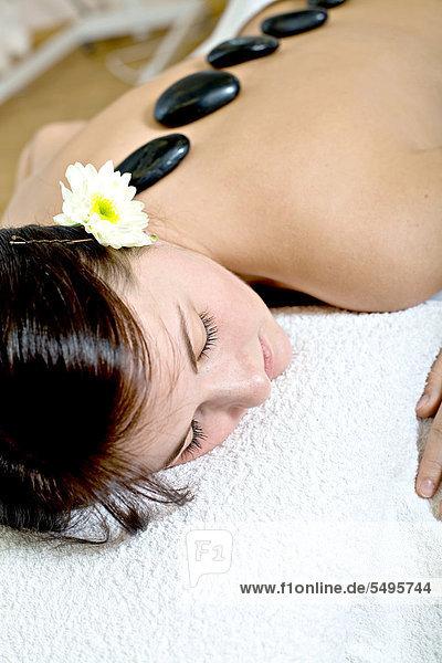 Patientin bei Hot Stone Massage