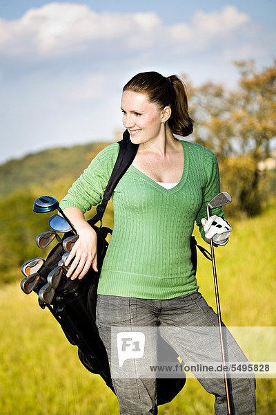 Frau beim Crossgolf  X-Golf oder Urbangolf