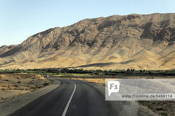 Straße zwischen FÈs und Erfoud  Mittlerer Atlas  Marokko  Afrika