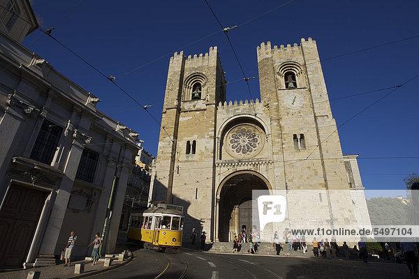 Gelbe Straßenbahn vor der Kathedrale Catedral SÈ Patriarcal  Lissabon  Portugal  Europa