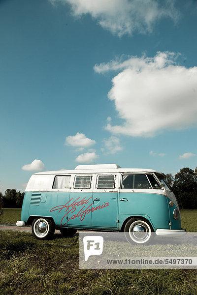 VW-Bus  Hippie-Bus  T1  60er Jahre  Original türkis-weiß mit Weißwandreifen und Aufstelldach mit Aufschrift Hotel California