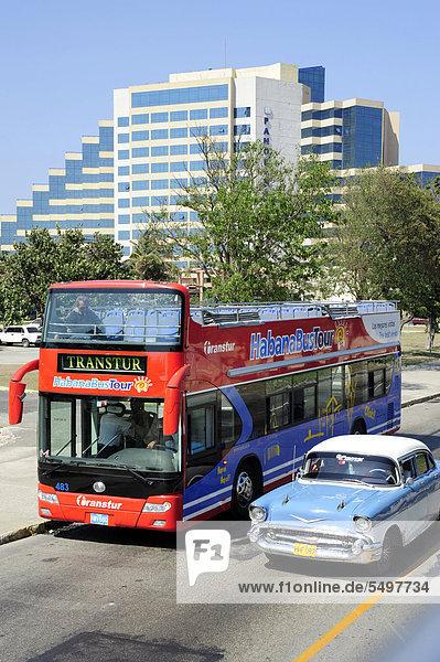 Havanna  Hauptstadt  Amerika  Auto  Tagesausflug  Omnibus  Karibik  Mittelamerika  fünfziger Jahre  50er  Klassisches Konzert  Klassik  Kuba  Große Antillen  überholen