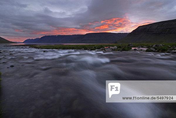 Dynjandi oder Fjallfoss  Mitternachtssonne  Westfjorde  Nordwestisland  Island  Europa
