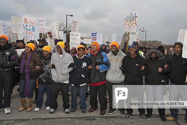 Mitglieder der Occupy-Bewegung  unterstützt durch Gewerkschaftsmitglieder der Service Employees International Union und der United Auto Workers  blockieren eine einsturzgefährdete Brücke um die Annahme von Präsident Obamas American Job Act zu fordern  Detroit  Michigan  USA