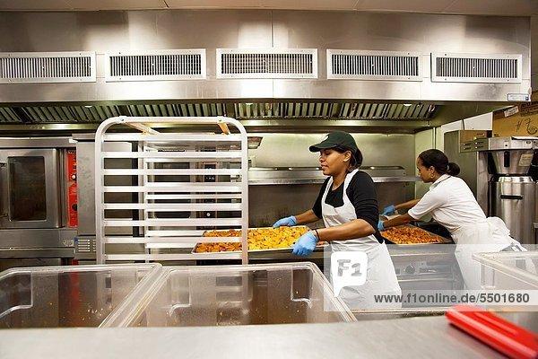 4  Tag  Vorbereitung  Küche  Gericht  Mahlzeit  Obdachlosigkeit  Freiwilliger  Mittelpunkt  Washington DC  Hauptstadt  500