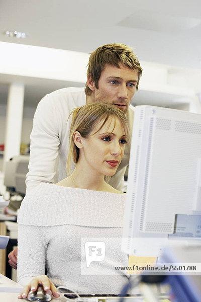 Frau Mann Computer arbeiten