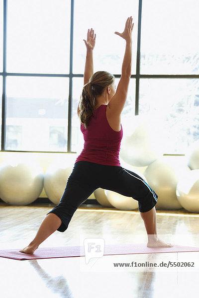 Caucasian erstklassige Erwachsenen weiblich Yoga zu tun.