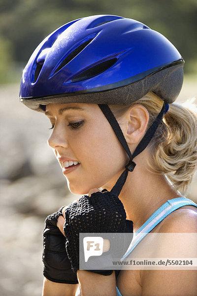 Caucasian erwachsen frau Fahrradhelm anziehen.
