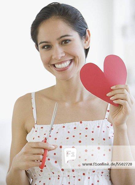 Woman holding ausgeschnitten Papier Herz