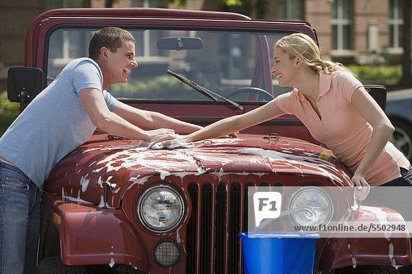 Paar waschen jeep