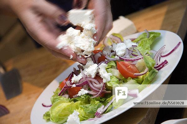 Gemischter Salat mit Käse hinzufügen / step Schuss