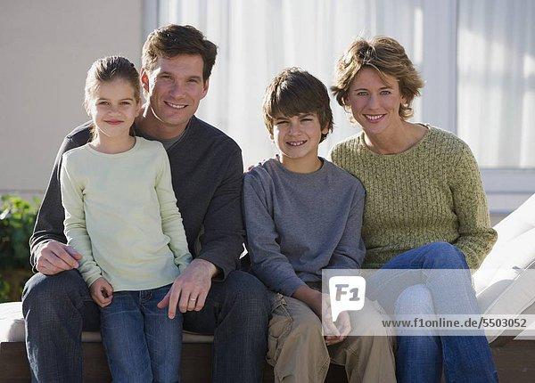 Porträt der Familie mit zwei Kindern