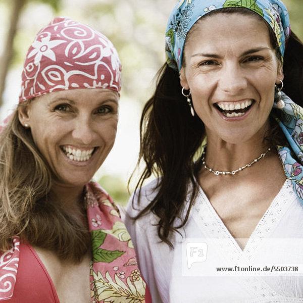 Portrait von zwei Frauen mittleren Alters lächelnd