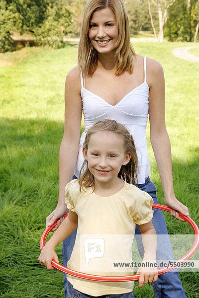 Ein junge Mutter mit ihrer Tochter
