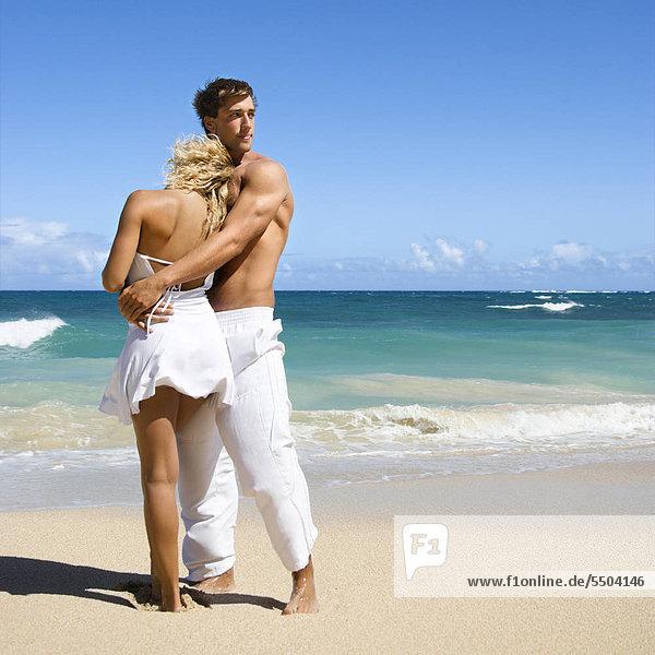 Attraktiv auf Maui  Hawaii Strand halten einander stehen.