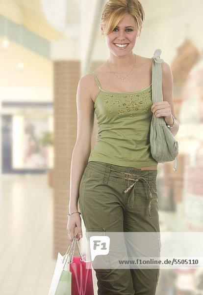 Frau grün with Shopping bags