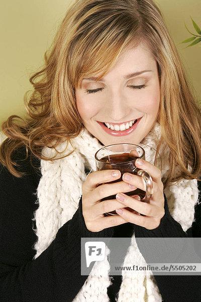 Frau mit heißem Getränk