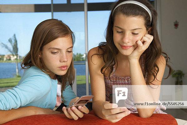 Die Schwestern mit ihren Handys.