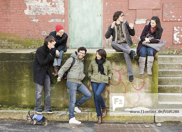 sitzend Städtisches Motiv Städtische Motive Straßenszene Straßenszene Freundschaft