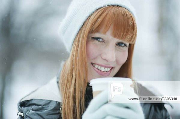 Woman drinking Coffee im Schnee