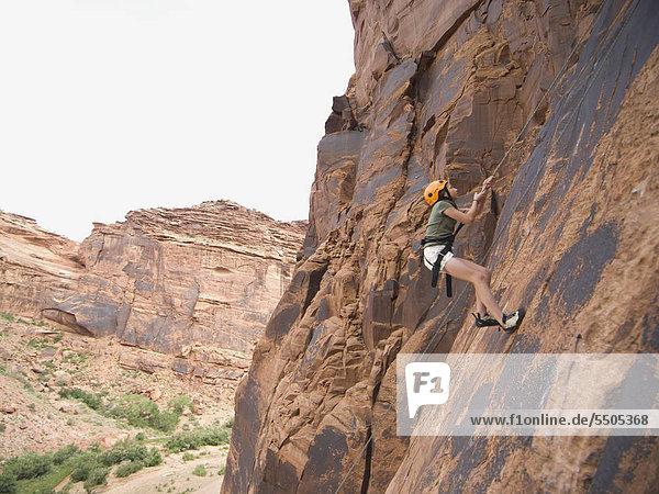 Frau Bergsteigen und Klettern