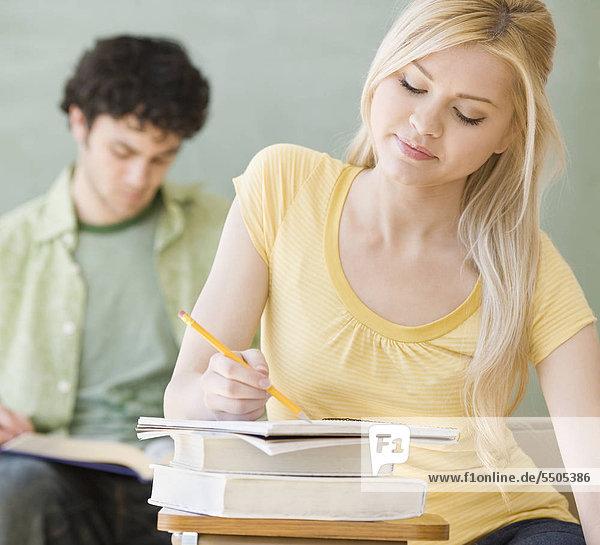 Frau schreiben am Schalter im Klassenzimmer