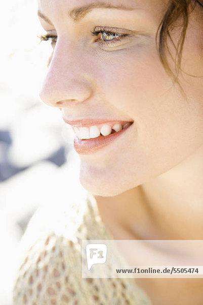 Close-up Portrait of smiling Caucasian junge Erwachsene Weibchen.
