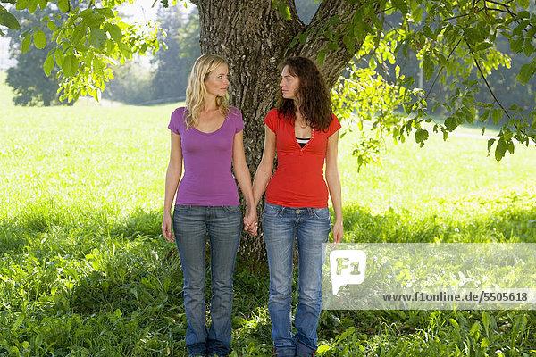 Zwei Frauen Hand in Hand