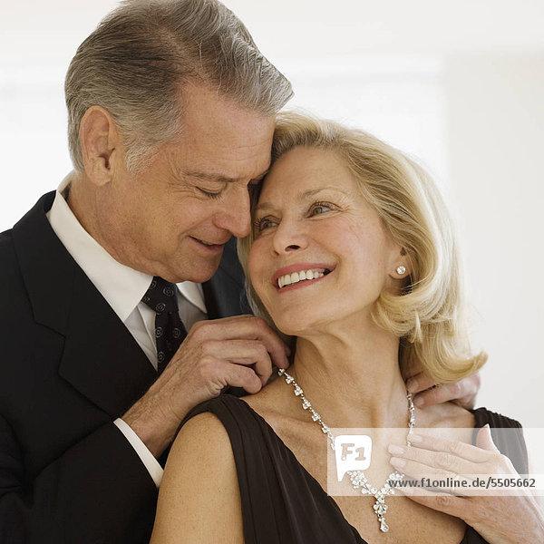 Senior Man giving Diamant-Halskette  Frau
