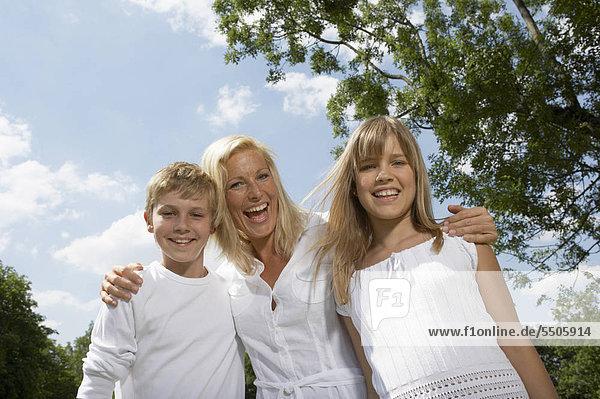 Mutter und zwei Kinder in fröhlicher Stimmung
