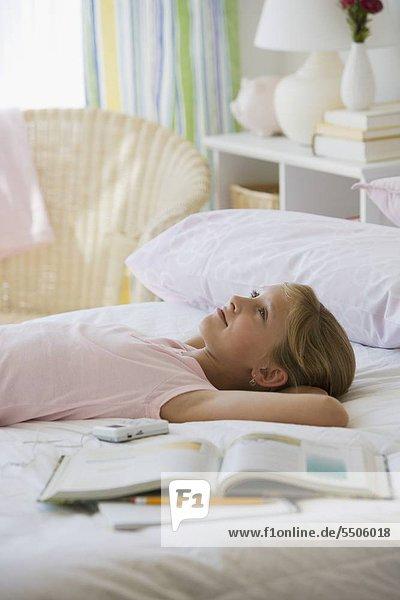Junges Mädchen mit auf Bett