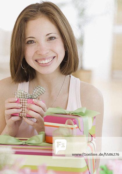 Frau neben dem Stapel von Geschenken