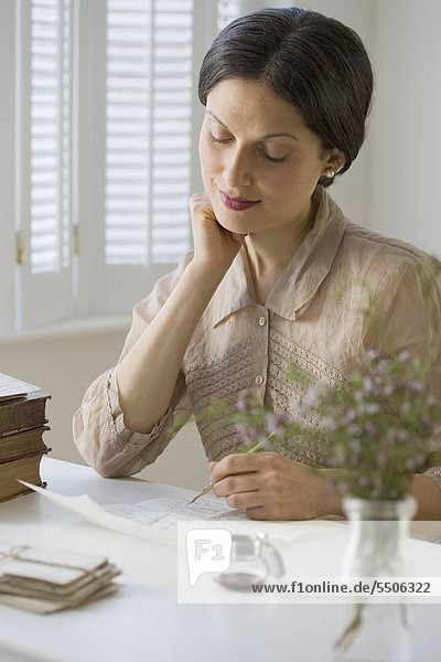 Frau in Vintage-Kleidung schreiben Schreiben